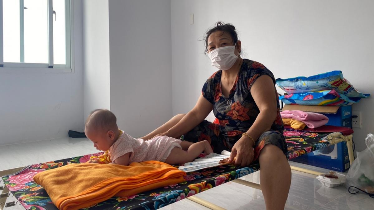 Người thân đến khu cách ly chăm sóc các bé không có ba mẹ về kèm.