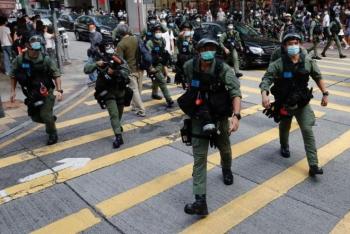 Biểu tình phản đối hoãn bầu cử ở Hong Kong, ít nhất 90 người bị bắt