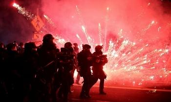 Người biểu tình Mỹ ném bom xăng vào cảnh sát