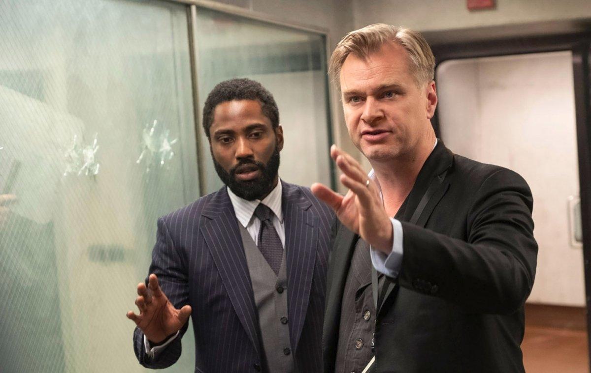 Christopher Nolan nỗ lực thúc đẩy ngành công nghiệp điện ảnh trở lại trạng thái bình thường nhưng không thành công.