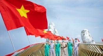 Cầu Vàng rực rỡ Quốc kỳ