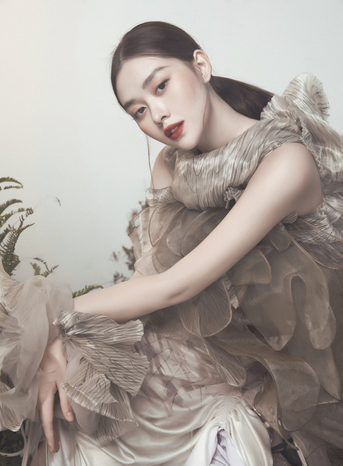 Vốn được biết đến là một người đẹp có vóc dáng mượt mà, Tường San như được phát huy hết thế mạnh của mình khi diện những thiết kế đầm dài kèm chất liệu mềm mại, tự tin tạo những kiểu dáng độc đáo.
