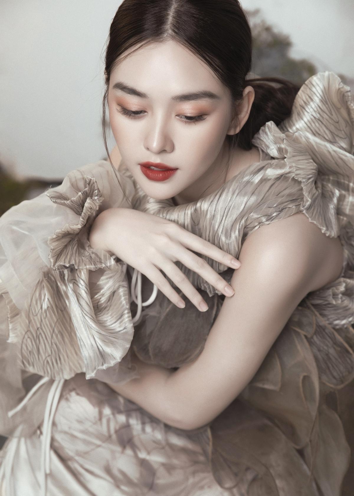 Gương mặt sáng cùng làn da trắng càng thêm cuốn hút hơn khi kết hợp với màu son đỏ, Á hậu Tường San đã cho thấy khả năng hòa hợp tuyệt vời mặc dù là lần đầu làm quen với lối trang điểm này.