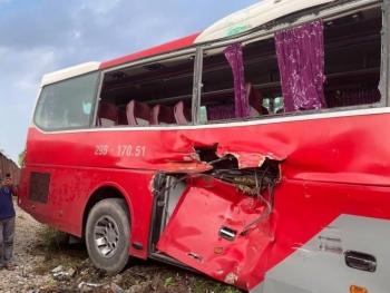 Tàu hoả húc văng xe chở học sinh: Tài xế ô tô cố tình vượt đường ray