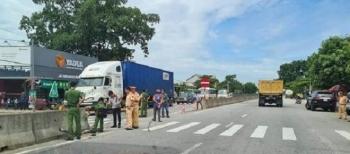 Container tông thương vong 2 người rồi lao vào nhà dân ở Hà Tĩnh