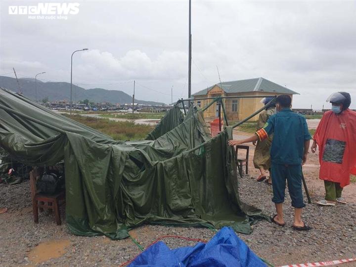 Ảnh: Bão chưa đổ bộ đã giật đổ chốt kiểm soát, cuốn đứt cầu ở Huế và Quảng Trị - 2