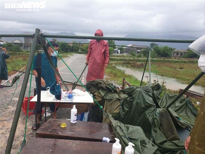 Ảnh: Bão chưa đổ bộ đã giật đổ chốt kiểm soát, cuốn đứt cầu ở Huế và Quảng Trị - 3