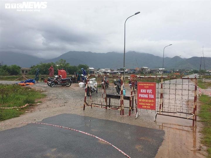 Ảnh: Bão chưa đổ bộ đã giật đổ chốt kiểm soát, cuốn đứt cầu ở Huế và Quảng Trị - 1