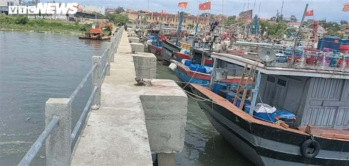 Ảnh: Bão chưa đổ bộ đã giật đổ chốt kiểm soát, cuốn đứt cầu ở Huế và Quảng Trị - 6