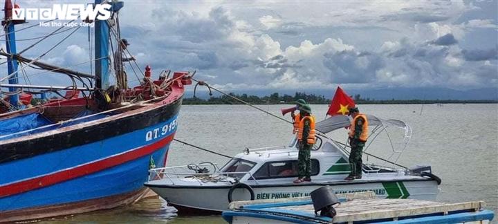Ảnh: Bão chưa đổ bộ đã giật đổ chốt kiểm soát, cuốn đứt cầu ở Huế và Quảng Trị - 12