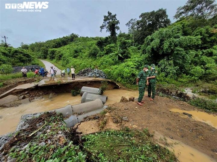 Ảnh: Bão chưa đổ bộ đã giật đổ chốt kiểm soát, cuốn đứt cầu ở Huế và Quảng Trị - 9