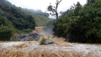 Nước lũ dâng cao, nhiều nơi ở Kon Tum bị ngập sâu sau bão số 5