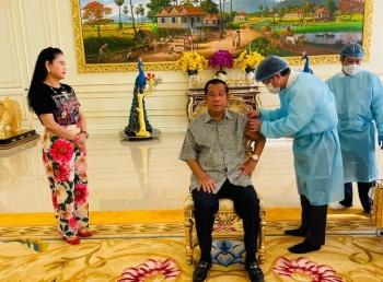 Thủ tướng Campuchia tiêm mũi vaccine thứ ba