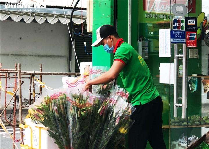 TP.HCM: Người dân quận 7 dè dặt ra đường trong ngày đầu thí điểm mở cửa trở lại - 3