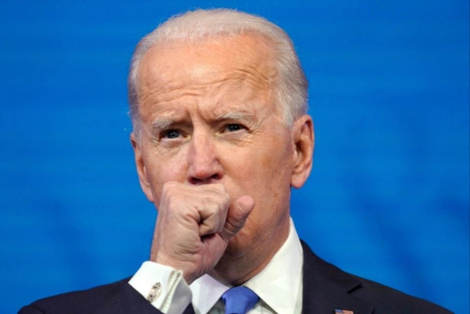 Ông Biden liên tục ho khi phát biểu, báo giới đặt câu hỏi về sức khỏe