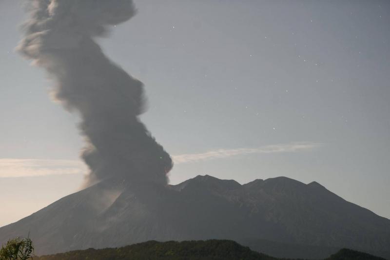 Núi lửa phun trào lúc nửa đêm, Nhật Bản phát cảnh báo khẩn