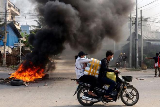 Đoàn xe quân đội Myanmar bị đánh bom
