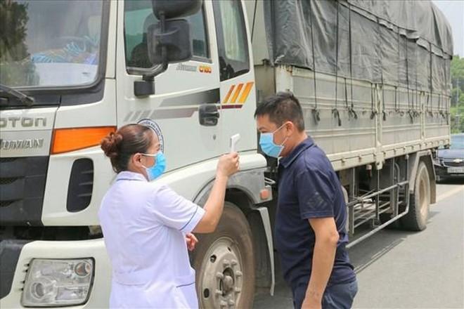 Một lái xe về từ TP HCM test nhanh dương tính Covid-19 tại chốt kiểm soát cầu Phù Đổng - Long Biên