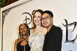 Maddox gặp lại mẹ Jolie và em