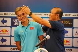 Thầy Park chỉnh tóc cho Văn Toàn