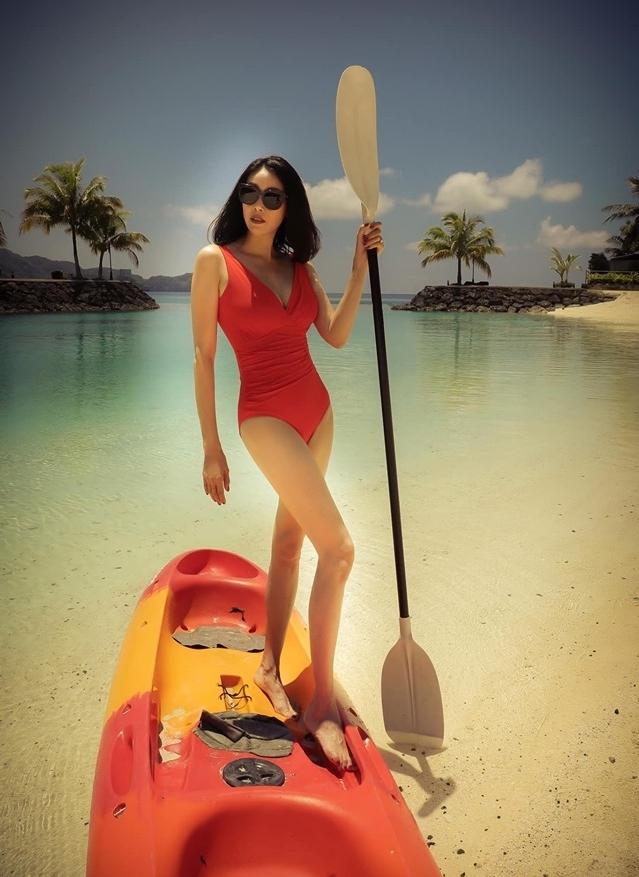 hoa hau 3 con ha kieu anh dien bikini khoe dang dep lan at canh o tuoi 43