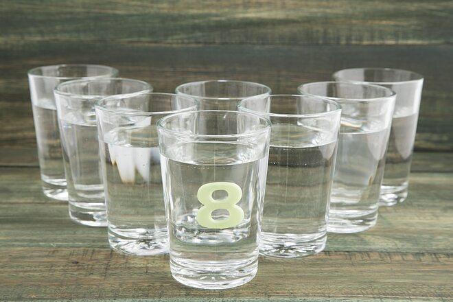 Uống đủ 2 lít nước (khoảng 8 cốc) mỗi ngày để duy trì độ ẩm cho da.