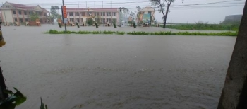Mưa trắng trời, Huế cho học sinh nghỉ học, thuỷ điện tăng cường xả nước