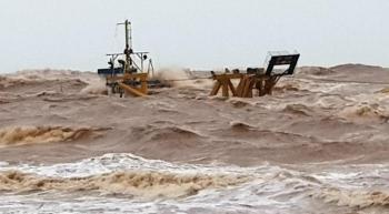 Quảng Trị thuê thợ lặn tiếp cận, ứng cứu 10 thuyền viên gặp nạn trên biển