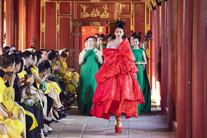 Tiểu Vy mở màn show Vàng son tại Huế giữa tháng 10.