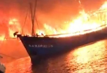 4 tàu cá ở Nghệ An bốc cháy dữ dội trong đêm