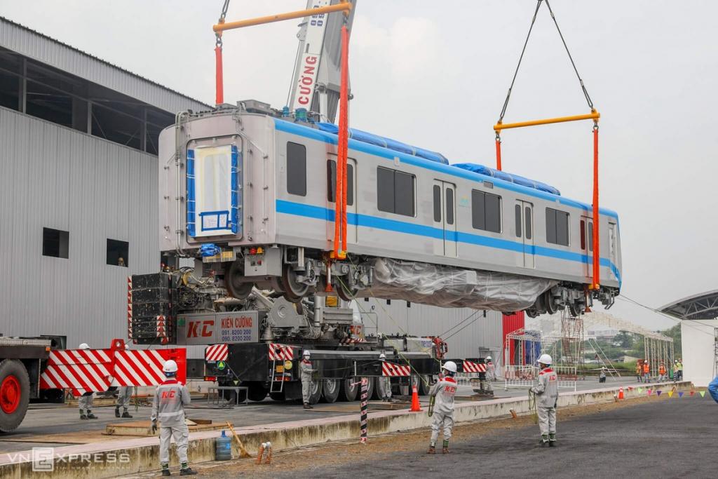 lap dat toa metro len duong ray tai depot