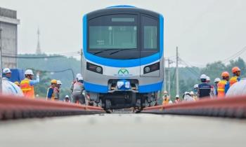 Lắp đặt toa metro lên đường ray tại depot