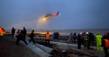 Trực thăng chưa thể cứu người, chỉ tiếp tế lương thực cho 8 thuyền viên gặp nạn