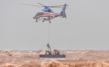 Trực thăng, đặc công giải cứu những người trên tàu mắc cạn