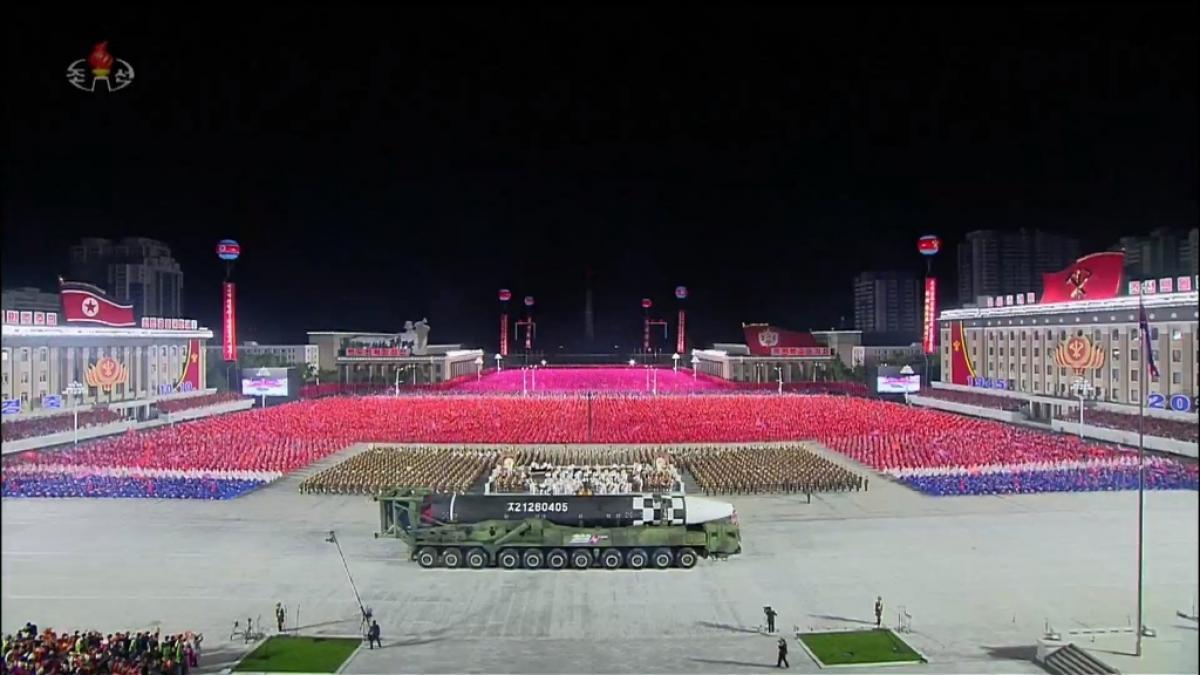 Xe chở kiêm bệ phóng (TEL) dành cho ICBM mới của Triều Tiên có đến 11 trục và 22 bánh xe, dài hơn cả tên lửa hạt nhân lớn nhất là Hwasong-15. Ảnh: KCTV.