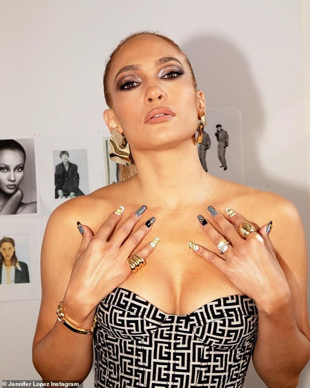 Jennifer Lopez thu hút mọi ánh nhìn khi đi xem show thời trang tại Pháp vừa qua.