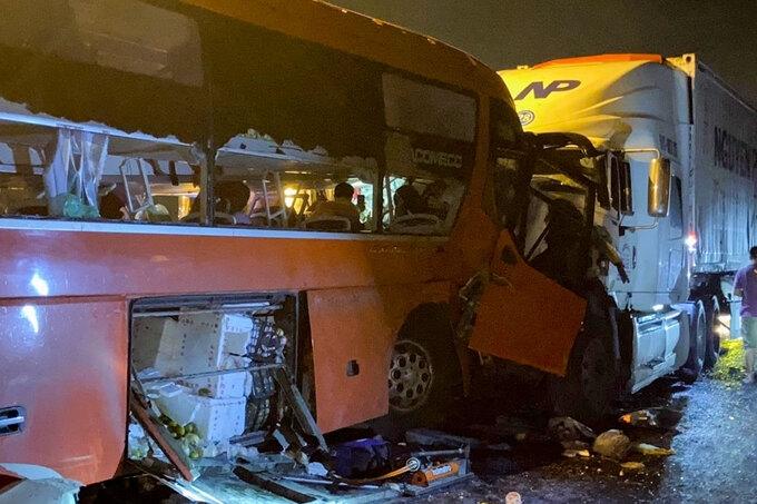 Ôtô khách chở 40 người đối đầu xe container