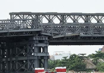 Cầu gần 80 tỷ đồng bị sà lan tông