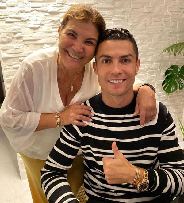 C. Ronaldo và mẹ chụp ảnh hồi tháng 5 vừa qua, hai tháng sau khi bà Dolores bị đột quỵ. Ảnh: Instagram.