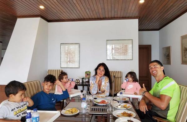 C. Ronaldo và bạn gái bên 4 nhóc tỳ. Ảnh: Instagram.