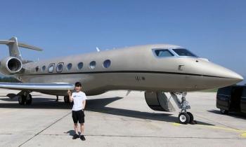 Tỷ phú Nhật làm DJ, học lái máy bay
