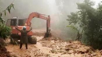 Phá khối đá 20 tấn chặn đường đoàn cứu hộ vào Rào Trăng 3 tìm 15 người mất tích