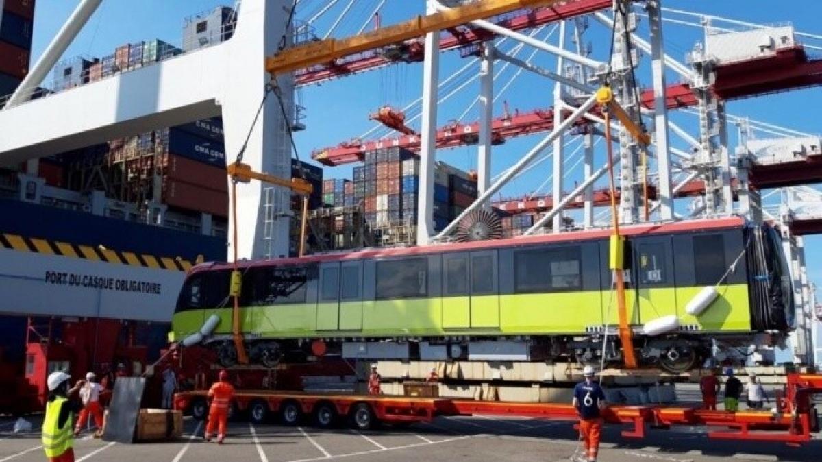 Trước đó, rạng sáng nay (18/10), tàu biển chở đoàn tàu đầu tiên của tuyến tàu điện Nhổn - ga Hà Nội từ Pháp về đã cập cảng biển Nam Hải Đình Vũ (Hải Phòng).