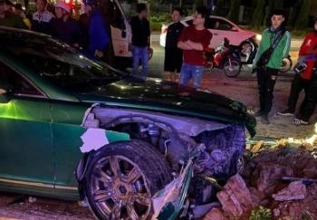 Siêu xe Bentley 25 tỷ đồng chưa lắp biển nát đầu sau cú tông bồn cây ở Hà Nội