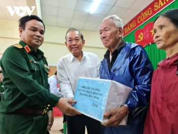 Bộ Quốc phòng đưa lương khô vào vùng lũ cứu dân