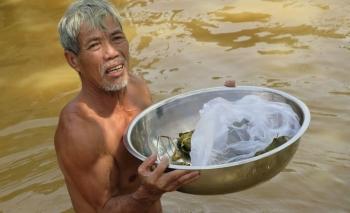 Cứu trợ khẩn cấp vùng bị lũ chia cắt ở Quảng Bình