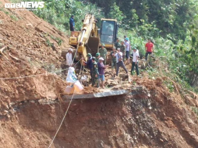 Giăng dây cáp qua miệng vực đưa hàng cứu trợ cho dân bản bị cô lập ở Quảng Trị - 2