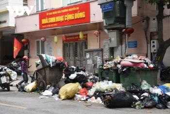 Hà Nội ngập rác khi dân chặn xe vào bãi rác Nam Sơn