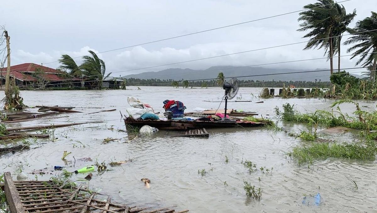 Nhiều khu vực của Philippines chìm trong biển nước khi bão Molave quét qua