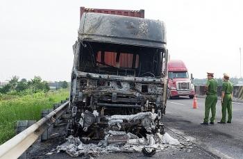 Hai ôtô đầu kéo cháy rụi trên cao tốc Trung Lương